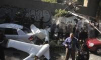 La aeronave cayó sobre dos vehículos compactos. La zona fue acordonada.